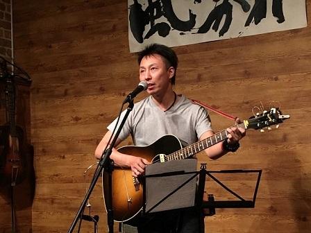 東京都大森のライブバー「風に吹かれて」でライブ演奏するオカジさん