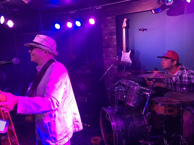 渋谷nobで高橋さんとドンさんが演奏している場面
