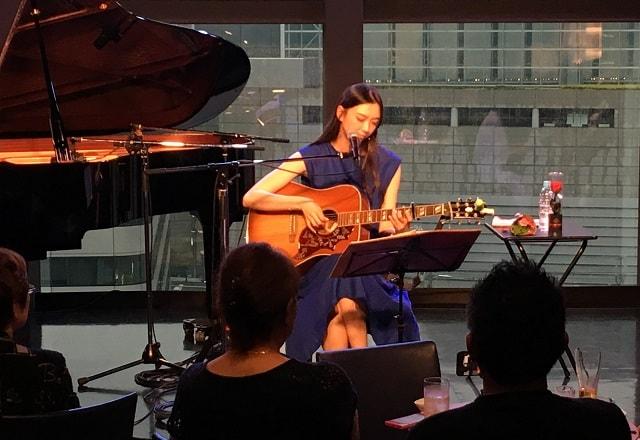 田中 永美が銀座SOLAのワンマンライブで演奏している場面