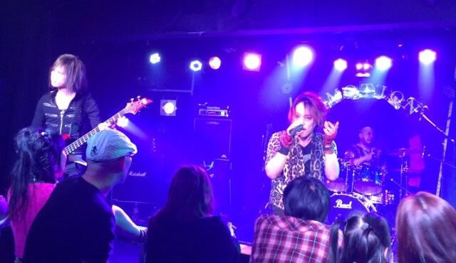 群馬県太田市のライブハウス「EMOTION」でZIGGYカバーバンド「GIZZY」がライブをしている場面