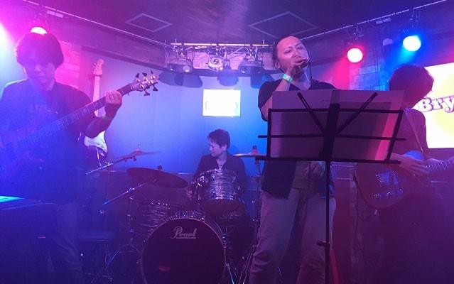 渋谷nobでブライアン細田のバンドが演奏している場面