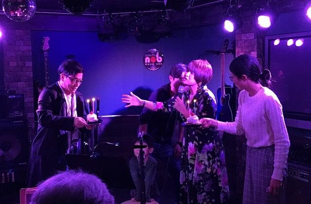 渋谷nobでのアカペラのワンマンライブでバースデーサプライズをしている場面