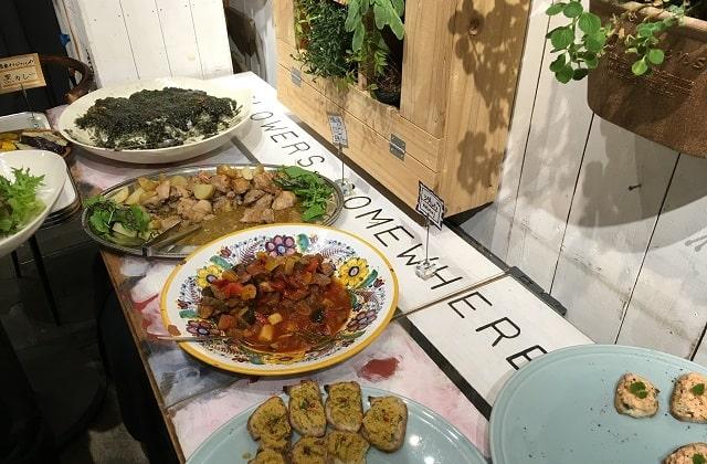 下北沢「Com.Cafe音倉」のオーガニックディナーショーで提供されたビュッフェ形式のディナー
