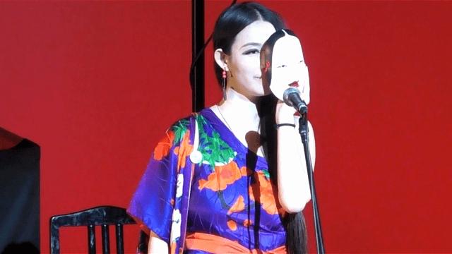 美欧(ミオウ)が品川のホールで10周年記念ライブをやっている場面