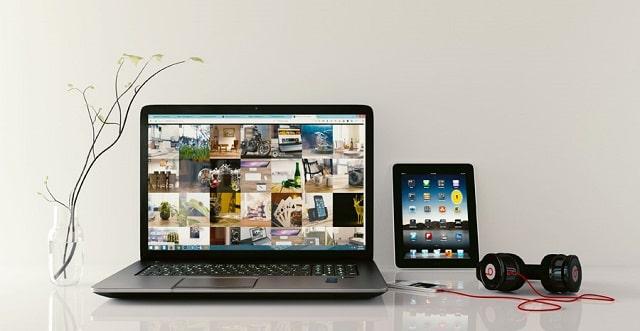 パソコンやヘッドフォン、タブレットが並んでいる画像
