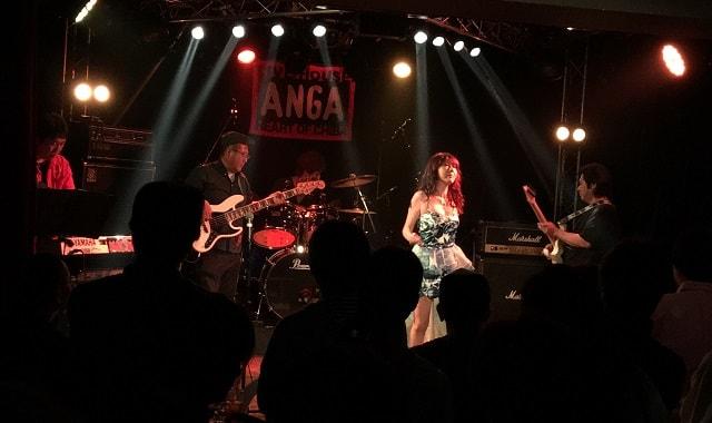 千葉県ANGAでBlue Roseが演奏している場面