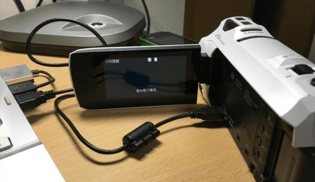 デジタルビデオカメラからPCにデータを移動している場面