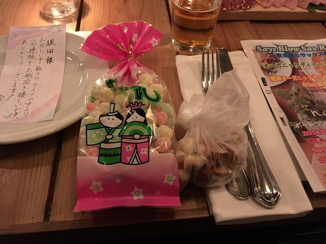 渋谷ナヴァーにて開催されたディナーショーのテーブル席に用意された「ひなあられ」