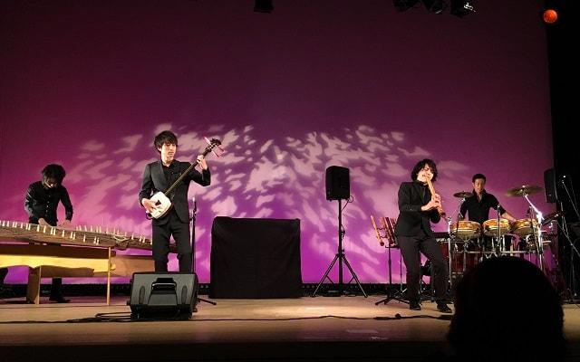 サムライJバンドがスクエア荏原にて演奏している場面