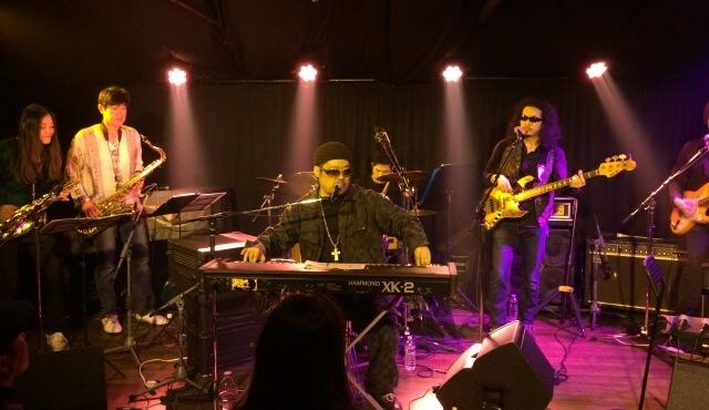 ライブハウス「HEAVEN青山」で演奏する8人編成バンド「Ebony-B」