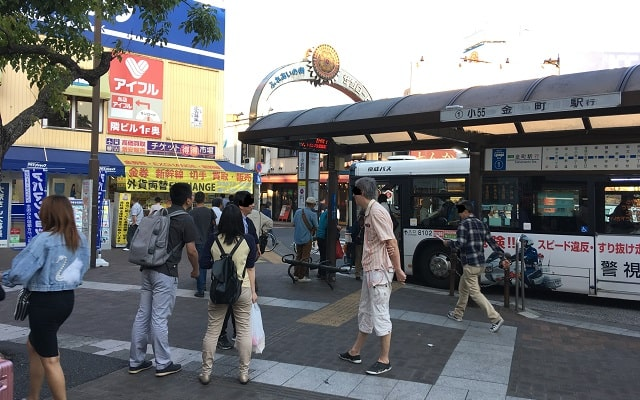 jr小岩駅前のバスターミナルの風景