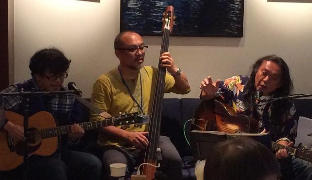 東京都浜町「ブックシェルフカフェ」で演奏する音楽ユニット「いなのとひら・のとこば」