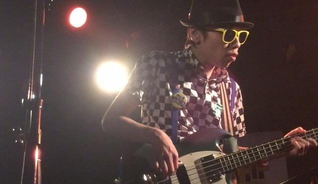 ライブハウス池袋Admでエレキングのベーシスト「吉田エースケ」が演奏している場面