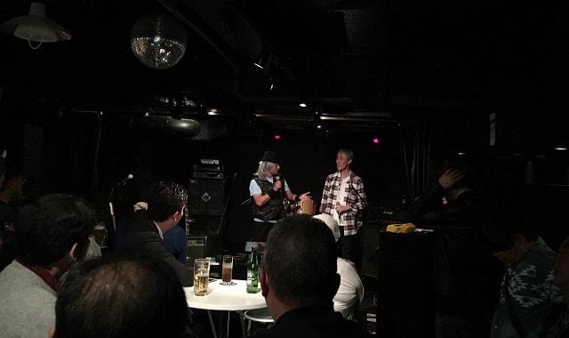 東京都の文京区にあるライブバー「ファビュラスギターズ」にて東京と大阪の音楽交流イベントが開催されている様子