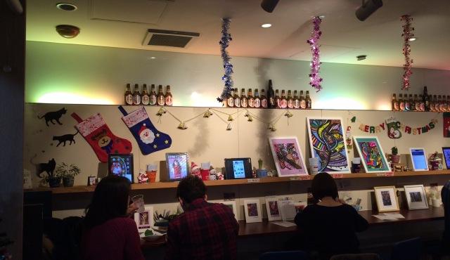 東京都浜町のブックシェルフカフェの店内に飾られた小高朋恵さんのイラスト