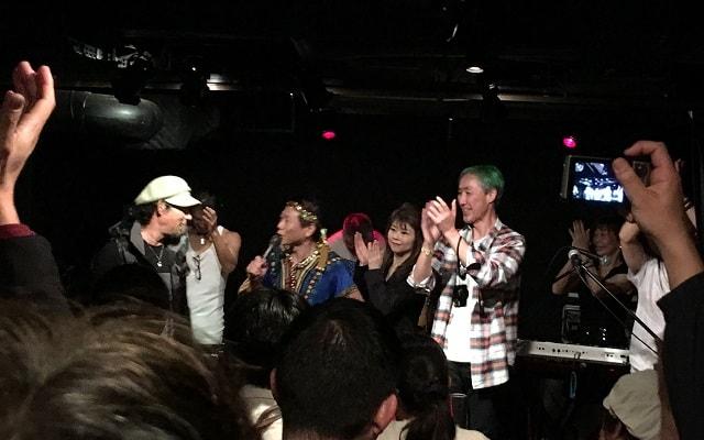 東京都の文京区にあるライブバー「ファビュラスギターズ」で開催された関東と関西の音楽交流イベントの閉会式