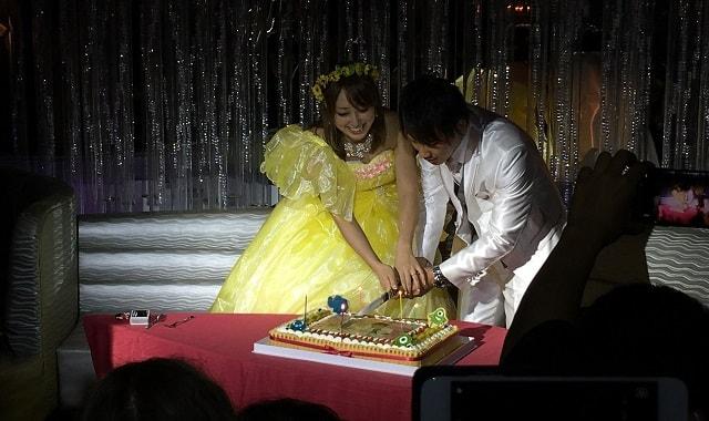 コモロさんの結婚式でのケーキ入刀の場面