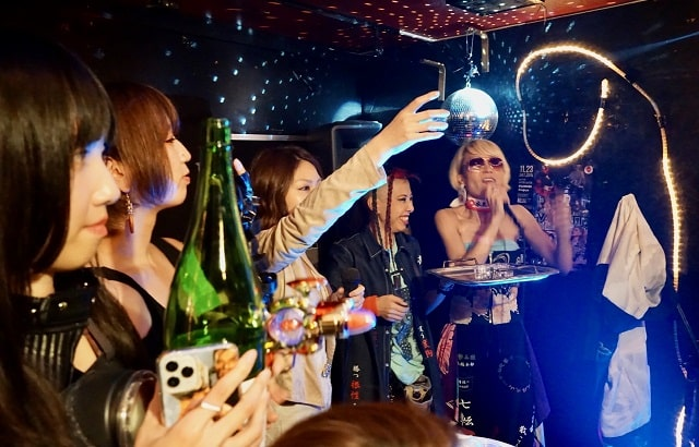 vaiwatt6周年ライブ振る舞い酒の場面