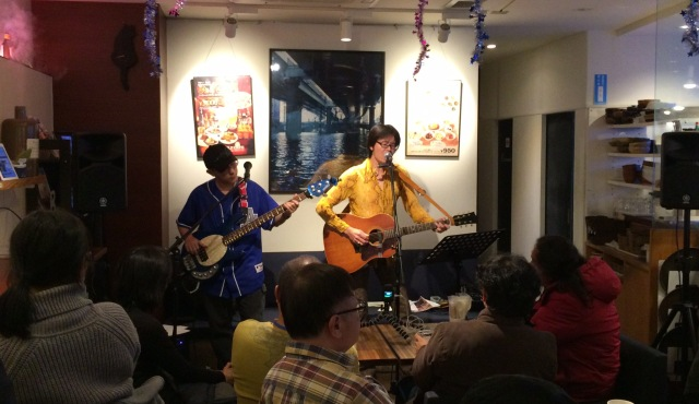 東京都浜町のブックシェルフカフェで演奏する邑本真司 with The RIVER