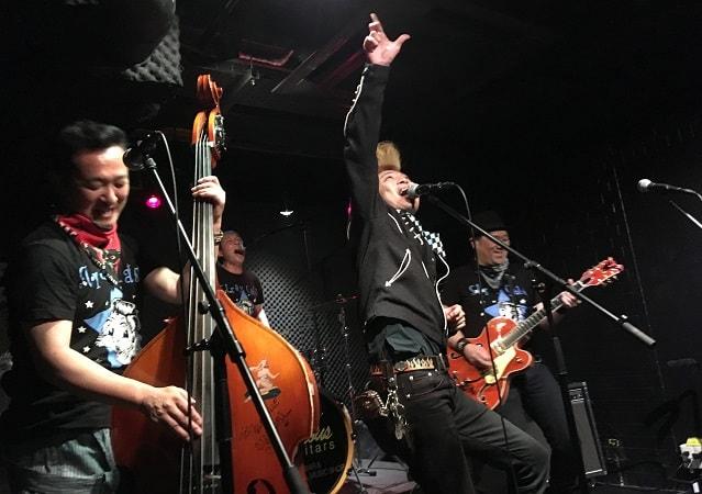 上野ファビュラスギターズにてシツレイキャッツがライブをしている場面