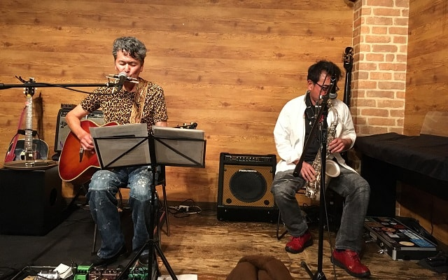 東京都大森のライブバー「風に吹かれて」でライブ演奏する小林 進さんとスモーキー佐藤さん