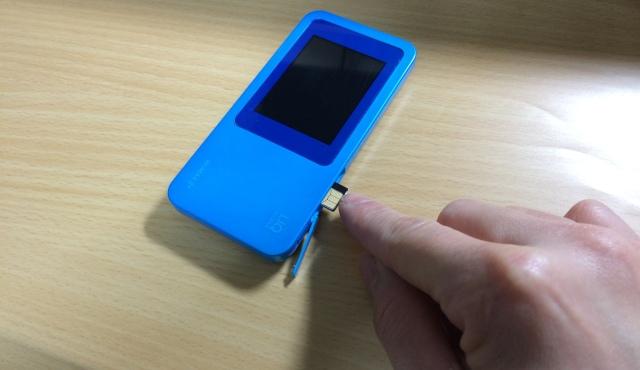 WiMAX2 W01からICカードを抜き取っている場面