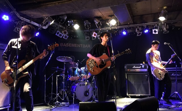 トーキングハウスが下北沢のライブハウスで演奏している場面