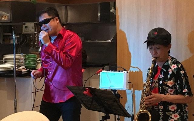 恵比寿のスミビオでレイさんとワイルドハートさんがライブ演奏している場面