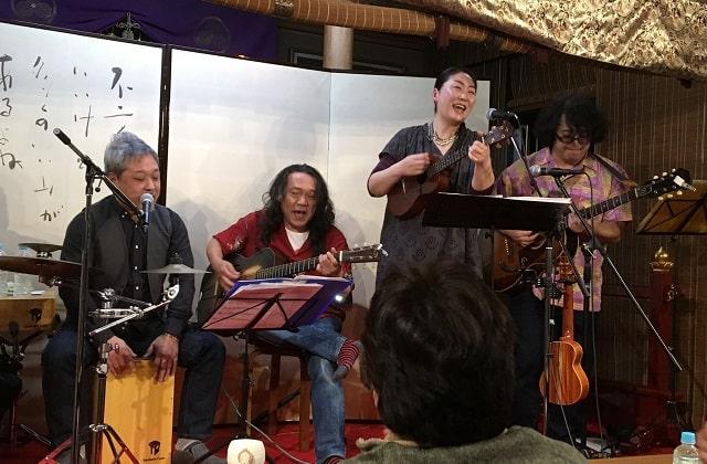 新小岩にある應無寺(おうむじ)の音楽ステージで共演する「いなのとひら・のとこば」と「こむろゆい」夫婦