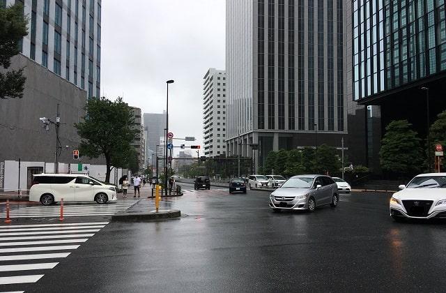 新宿の「成子天神下」交差点の景色