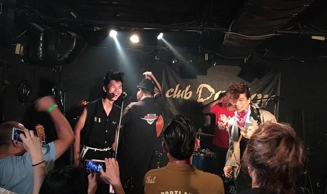 荻窪クラブドクターでシツレイキャッツがライブをしている場面