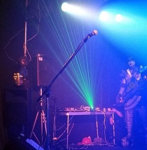 ステージ脇で照明を調節するJoke'd KISSのジーン