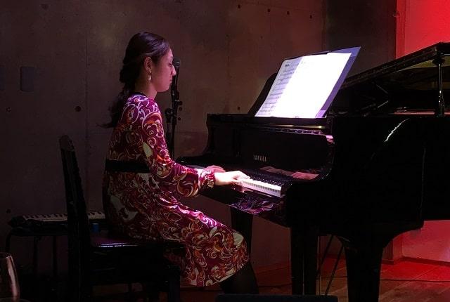 下北沢「Com.Cafe音倉」のオーガニックディナーショーで演奏するピアノ奏者の山本光恵