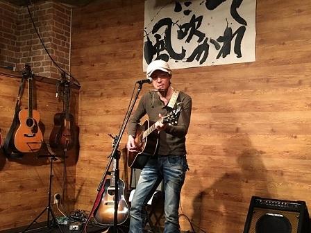 東京都大森のライブバー「風に吹かれて」でライブ演奏する「はちまん たろう」さん