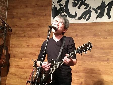 東京都大森のライブバー「風に吹かれて」でライブ演奏する高雄 文さん