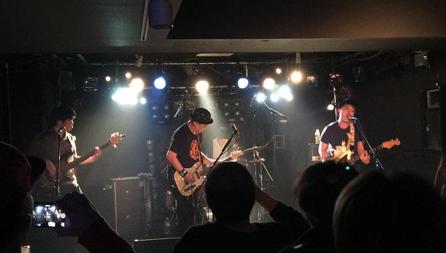 北海道から千葉県に戻ってきたfoolrimが西千葉zxでライブをしている場面