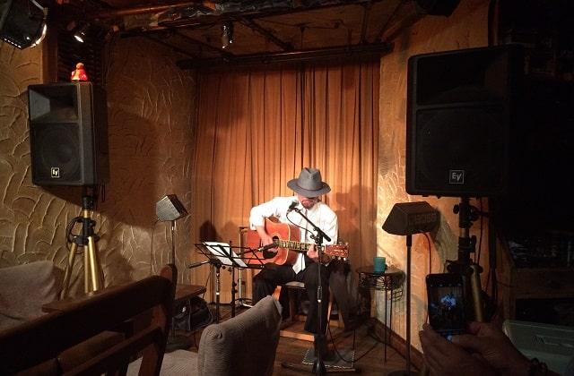 四谷コタンでライブ演奏するハタさん
