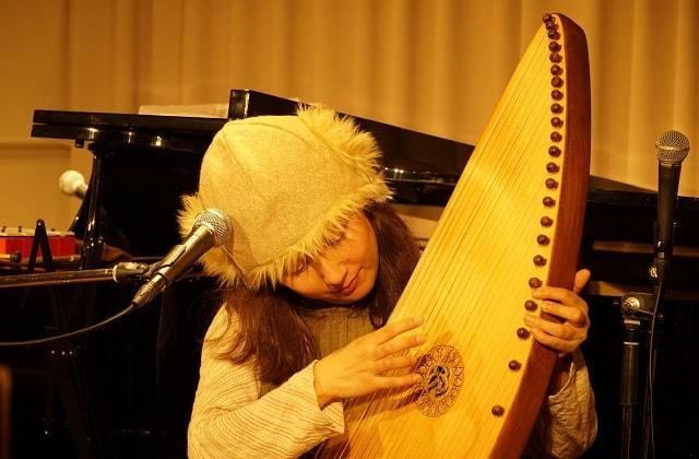 シンガーソングライター「かとさ」が楽器を演奏している場面