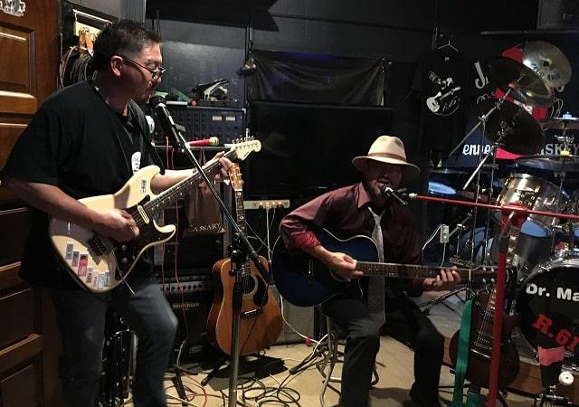 Live&bar R.61で演奏するハタさんとタッチーさん
