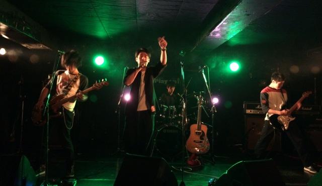 ライブハウス「下北沢251」でライブをしているバンド「トーキングハウス」