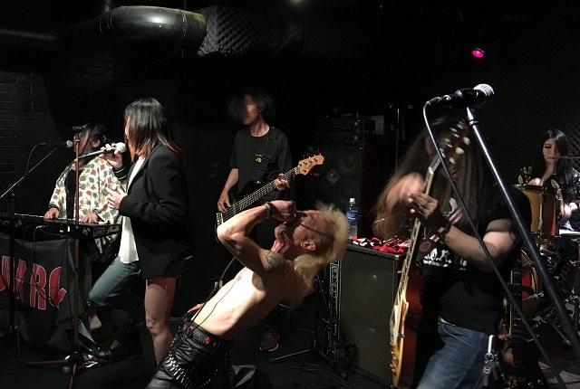 上野ファビュラスギターズにてスラムローズがライブをしている場面
