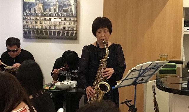 恵比寿のスミビオでサックス奏者のレイさんが演奏している場面