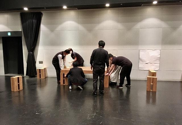 横浜にぎわい座にて寄席の舞台を作っている場面