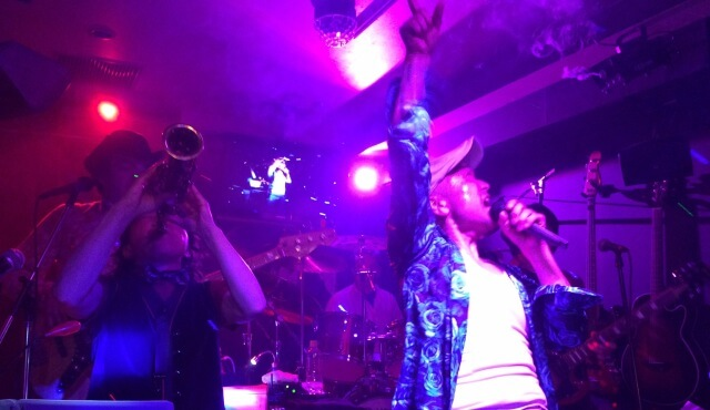 サザンのカバーバンド「ネオ☆ブラボーズ!」が千葉エイトビートで演奏している場面
