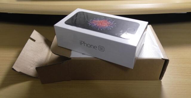 iphone seが箱に入っている画像