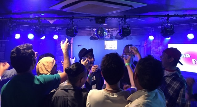 渋谷nobでのバースデー企画で乾杯をしている場面