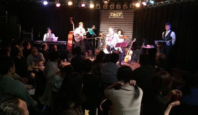 80人以上が集まった、銀座TACTでの小竹 伸也さんの40年ぶりのライブ風景