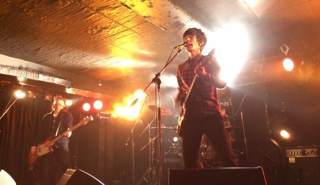 ライブハウス「下北沢251」でライブをしているバンド「アンダースリープ」