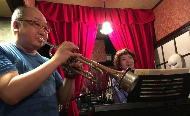 新宿con ton tonで王子 菜摘子さんとマスターの天神さんが共演している場面