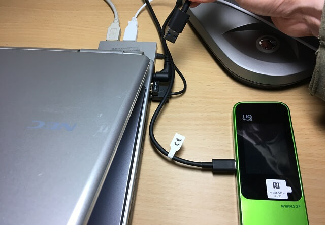 wi-fiのusbケーブルを差し替えている場面